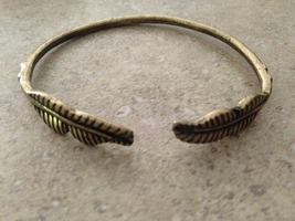 Geranium Feather Bracelet - Adjustable